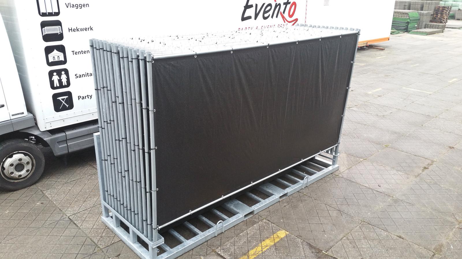 Gezeilde hekken evenemententhekken Materiaal huren voor evenement drangkekken huren dranghek afzethek afzetten barriers hekken evenementenhekken